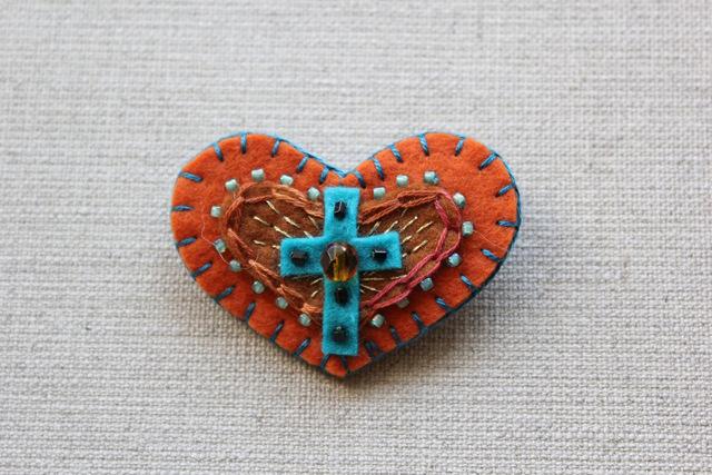 恋のお守りブローチ バレンシアのクロス