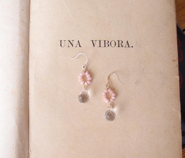 クリスタルとピンクオパールピアス