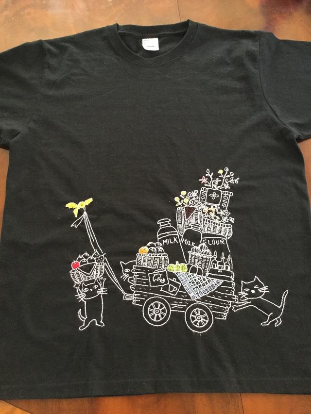 手刺繍Tシャツ  猫たち市場へ行く