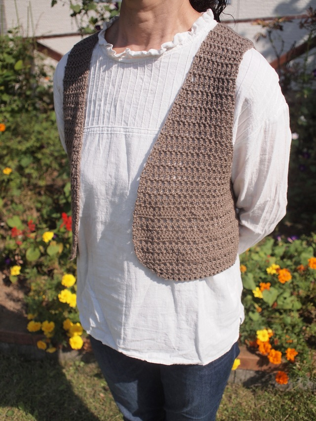 かぎ針編みのシンプルショートベスト