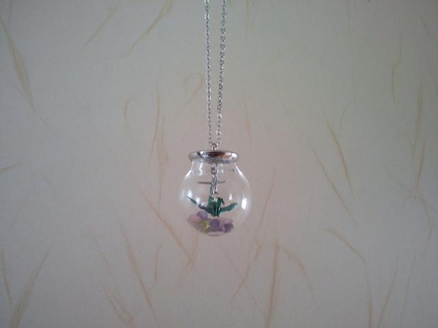 折り鶴と天然石のガラスドームペンダント