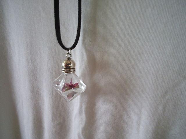 折り鶴と天然石のペンダント