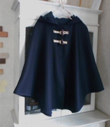 カシミヤ混メルトンウール・ダークネイビー色のフード付きポンチョ