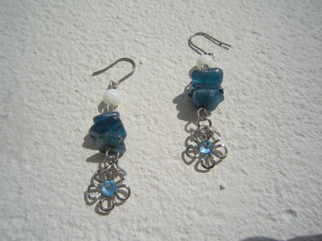 ブルーアパタイトとお花のピアス