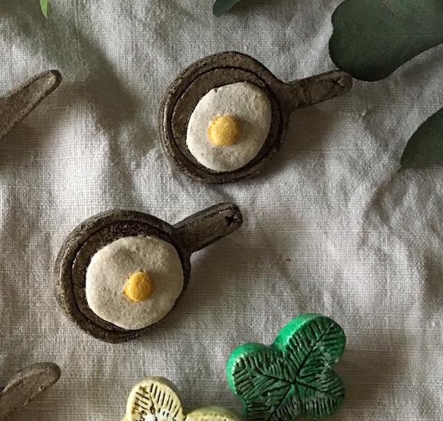 【陶土】フライパン&目玉焼き ブローチ