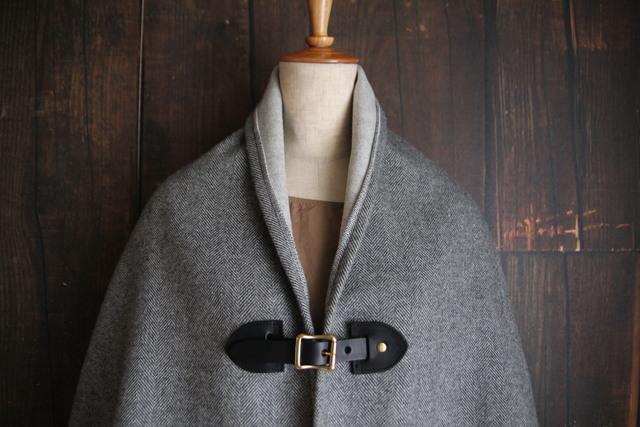 グレーヘリンボン 二重織りカシミアポンチョ 黒レザー
