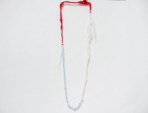 パールを絡めた羊毛ネックレス