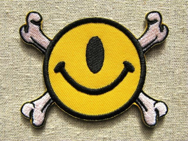 『1つ目スマイリーフェイス・クロスボーン』刺繍ワッペン・パッチ