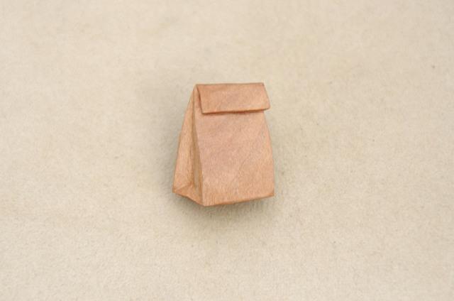 紙袋のブローチ