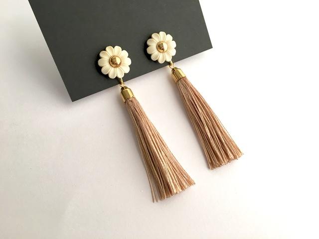 花とタッセルのイヤリング