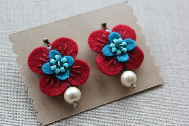 フェルトと刺繍のピアス 赤いお花