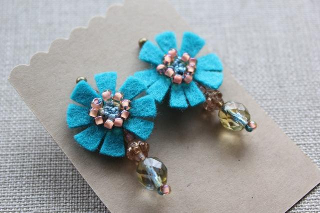 フェルトと刺繍のピアス 水色のお花