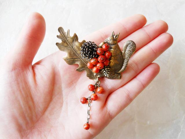 【再販】大きな葉っぱとりすと赤い実のブローチ
