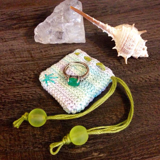 湖面色糸のお守り袋*極小サイズ*岸辺の花