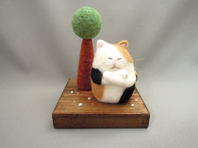 羊毛フェルト 丸っこい木と三毛猫