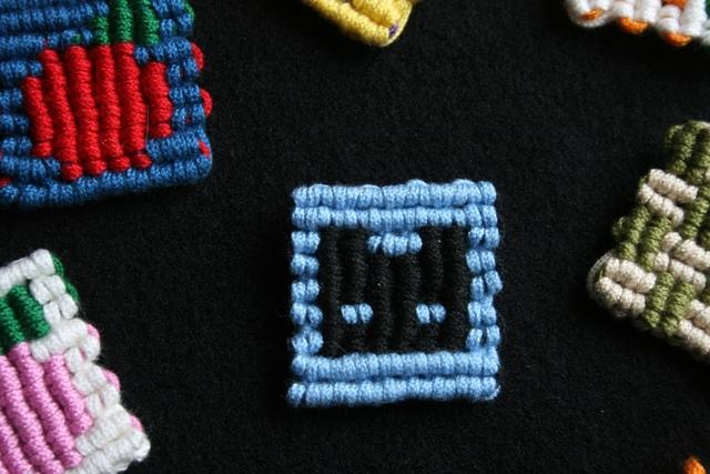 マクラメ編みのブローチ〜黒にゃん×水色