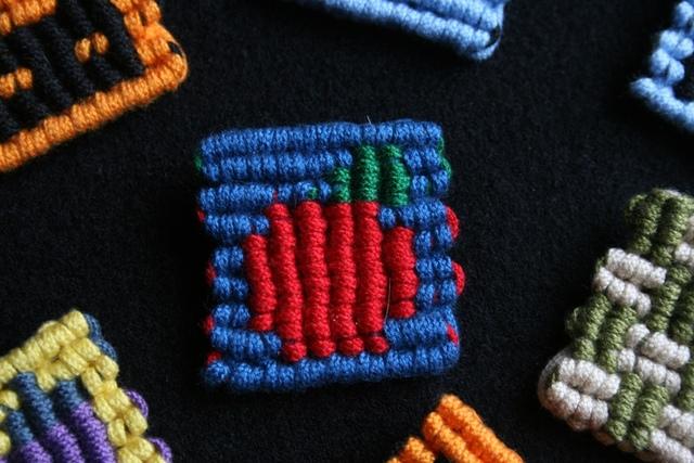 マクラメ編みのブローチ〜りんご