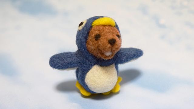 氷の上をよちよち歩くペンギングマ