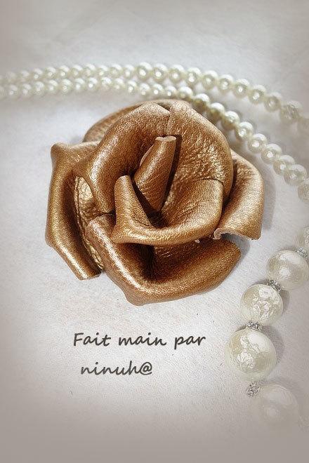 革で作ったバラの花