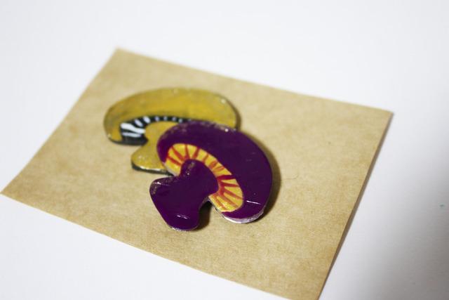 プラ版ブローチ【キノコ 金×紫】