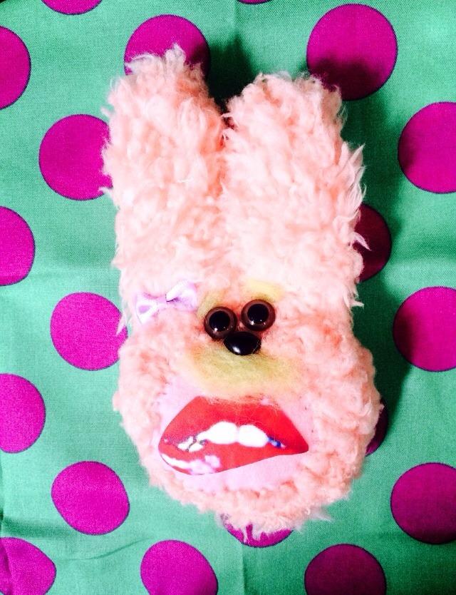 噛み締めるウサギ ブローチ