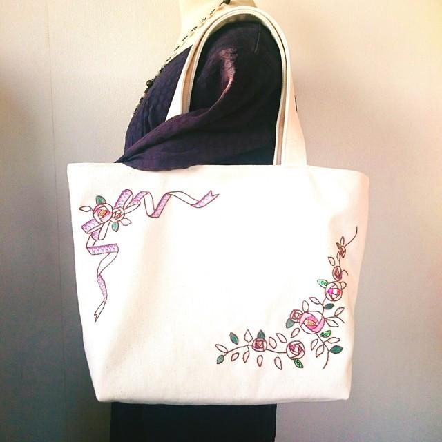 紫の薔薇とリボンのトートバッグ(手刺...