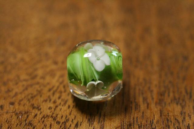 glass beads (とんぼ玉)白い4弁の小花/黄緑マーブル