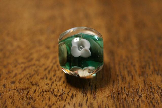 glass beads (とんぼ玉)白い4弁の小花/アクア