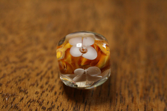 glass beads (とんぼ玉)白い4弁の小花/オレンジマーブル
