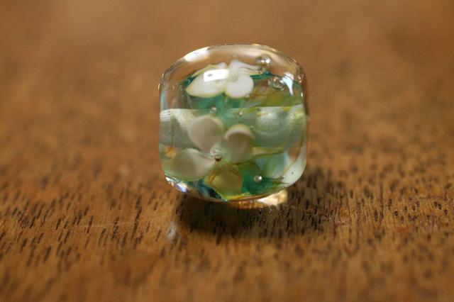 glass beads (とんぼ玉)白い4弁の小花/ライトアクア