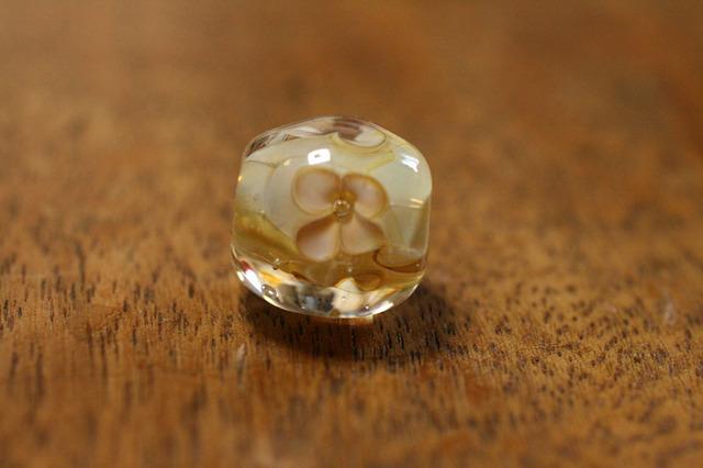 glass beads (とんぼ玉)白い4弁の小花/ルナ
