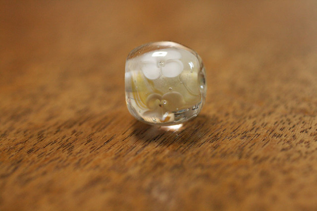 glass beads (とんぼ玉)白い4弁の小花/乳白色
