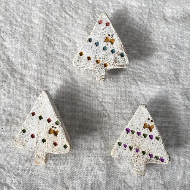 【陶土】三角の木 ブローチ/ちょうちょ&フラッグ