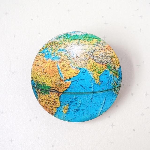 地球ブローチ A