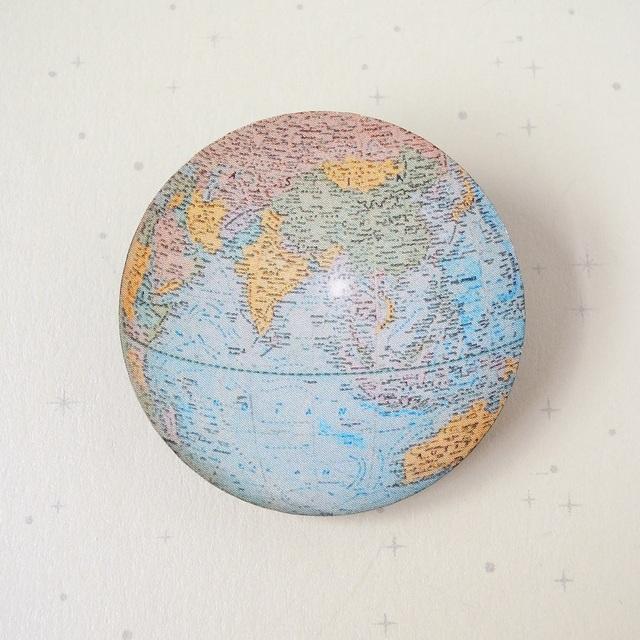 地球ブローチ B