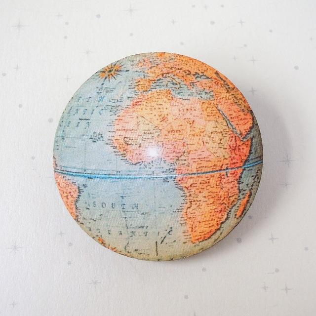 地球ブローチ C