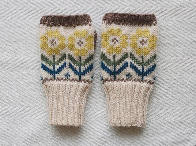 手編みの指なしミトン 【黄色の花】