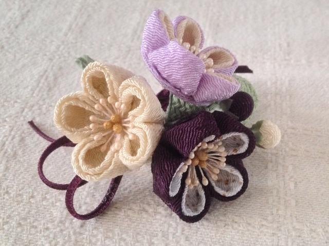 〈つまみ細工〉梅三輪とベルベットリボンの髪飾り(紫と鳥の子色)