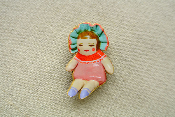 文化人形らしきひとブローチ