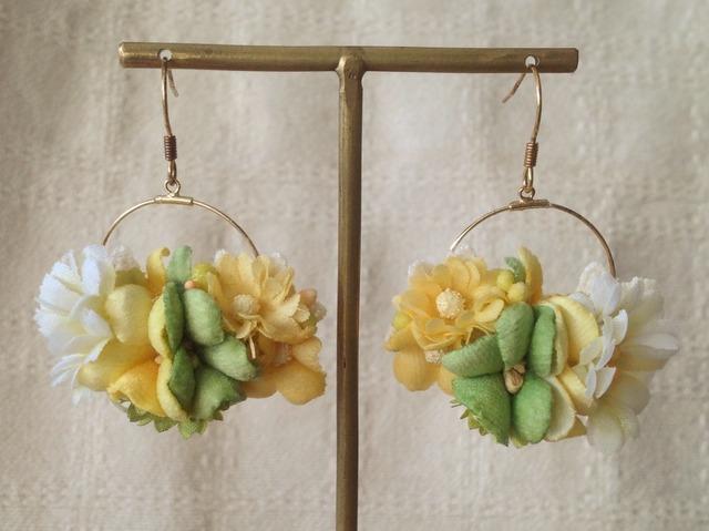 染め花の小さなフープピアス(ホワイト&グリーン)