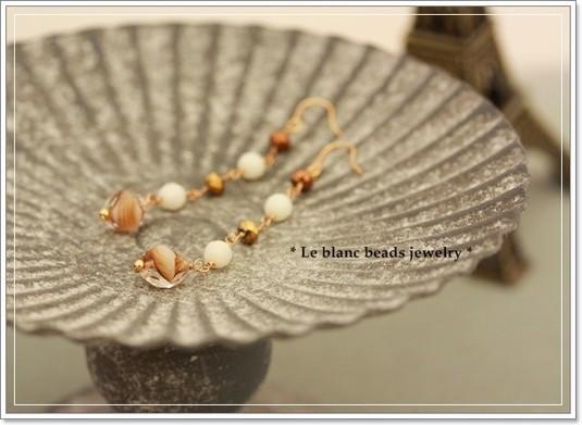 白サンゴとマーブルチェコのピアス(beige)