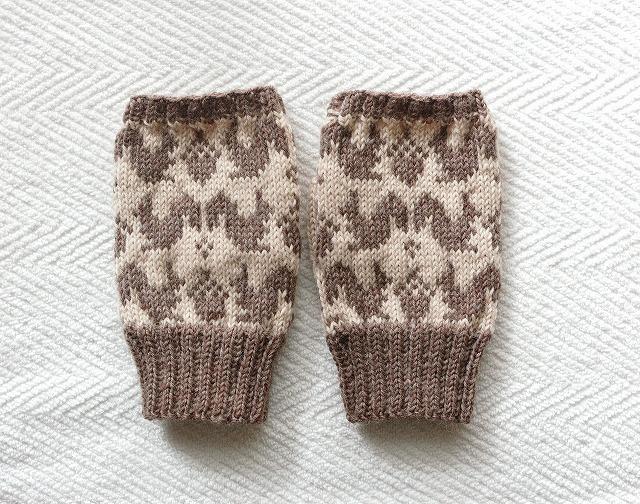 手編みの指なしミトン 【りすとどんぐり】