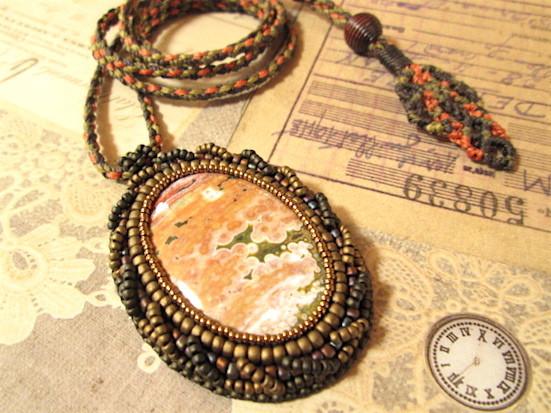 ビーズ刺繍の天然石ペンダント 116