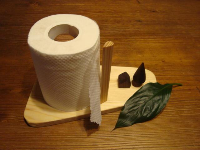 小屋と立木のあるトイレットペーパース...