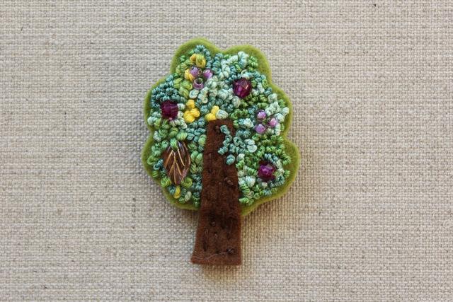 木のブローチ プルーンの木
