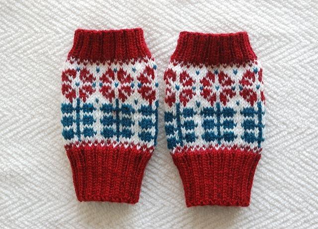 手編みの指なしミトン 【赤花並んだ】
