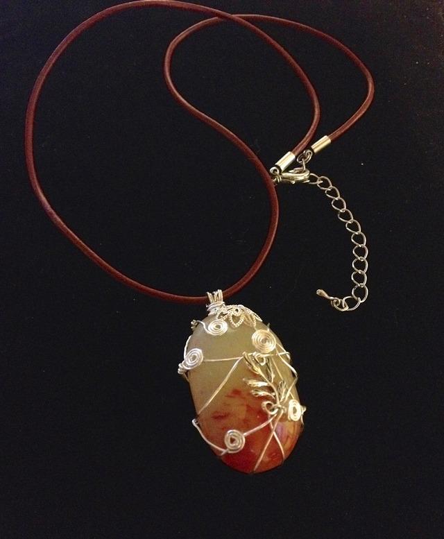 銀の葉っぱとうず−赤翡翠のネックレス