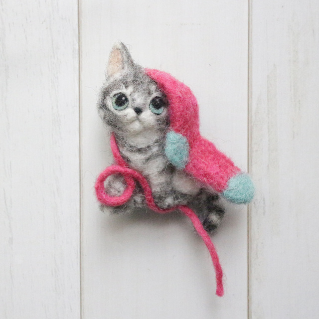 靴下で遊ぶサバトラ子猫のブローチ