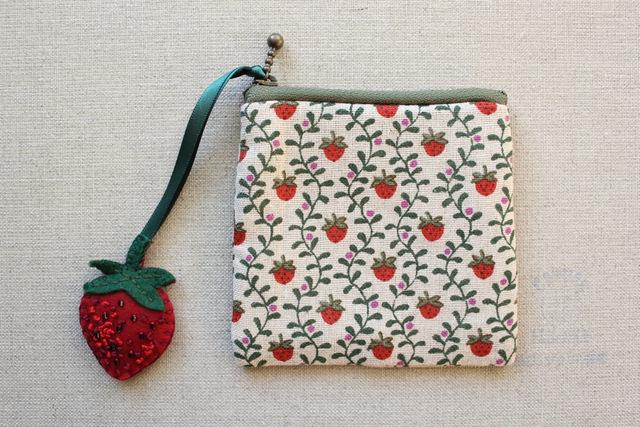 チャーム付き イチゴのコインケース