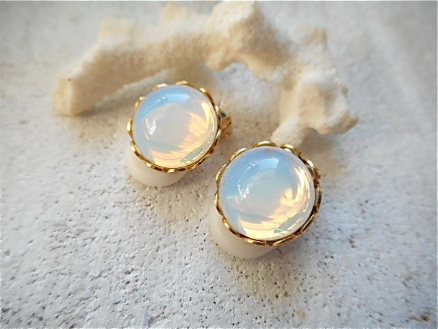 ☆再販☆ ホワイトオパールグラスのイヤリング